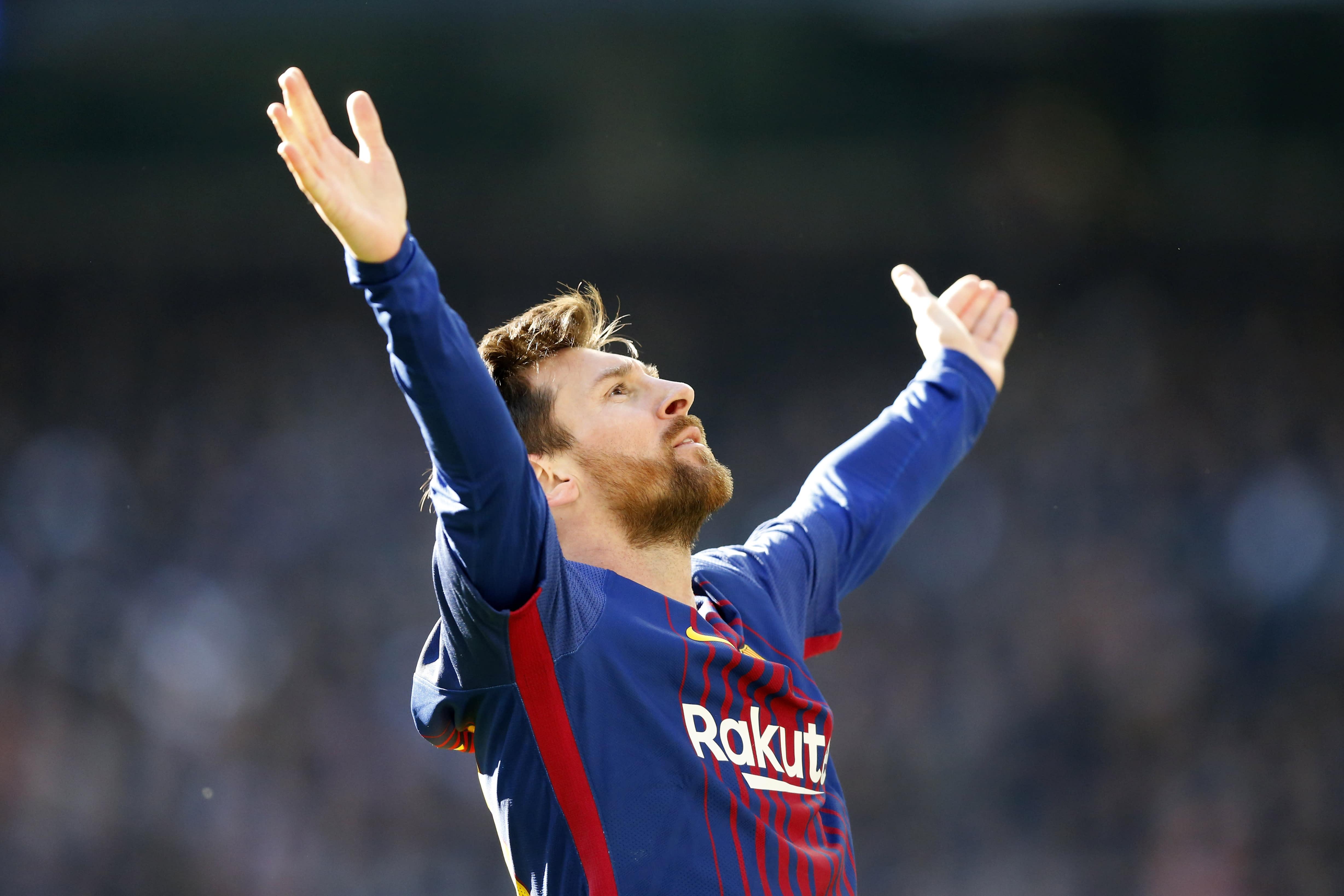 Lionel Messi creates Barcelona goal after losing shoe