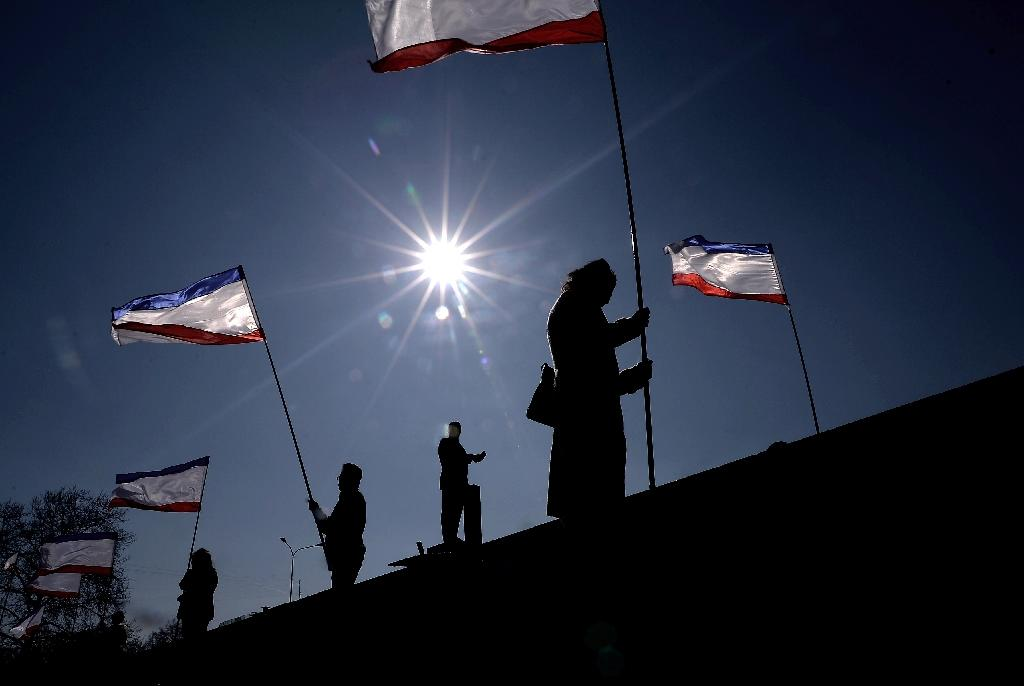 People holding Crimean flags in Simferopol's Lenin Square, on March 15, 2014 (AFP Photo/Filippo Monteforte)