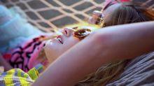 Dormir la siesta al sol y con las gafas puestas, doble cagada (con perdón)