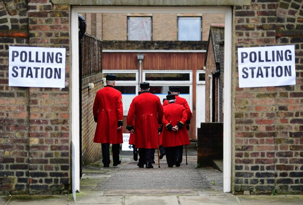 People are ushered into a polling station to cast their ballot papers at the Royal Hospital in Chelsea, west London on June 23, 2016 (AFP Photo/Leon Neal)