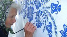 Abuela transforma su aldea en una galería de arte