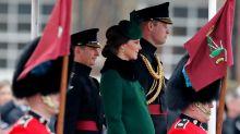 Kate Middleton majestuosa en esta gabardina con la que lució su embarazo