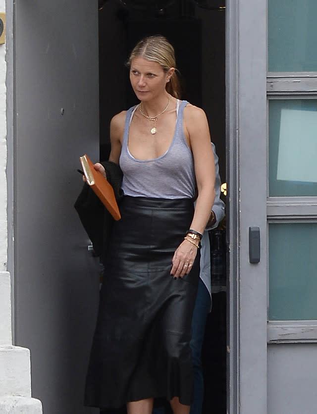 d8ad35bc43 La falda  midi  de cuero no es solo para la noche (y Gwyneth Paltrow lo  tiene claro)