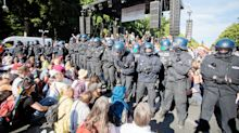 Kundgebungen: Demonstration der Corona-Leugner in Berlin: Zug der Empörten
