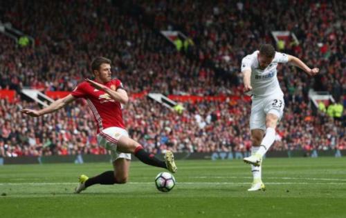 United faz gol polêmico, mas leva empate e frustra Old Trafford