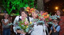 Juntas há 14 anos, casal ganha festa de casamento surpresa: 'Catarse coletiva'