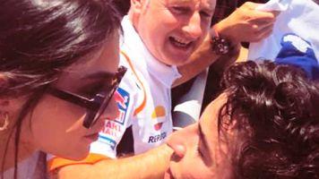 Lucía Rivera comparte la foto del triunfo: su beso con Marc Márquez