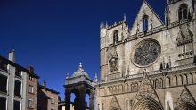 """Lyon : un homme promet qu'il va """"tuer tout le monde avec une Kalachnikov"""" devant la cathédrale Saint-Jean-Baptiste"""
