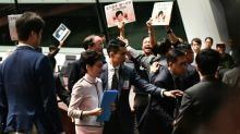 Vaias e caos no Parlamento impedem discurso da chefe do Executivo de Hong Kong