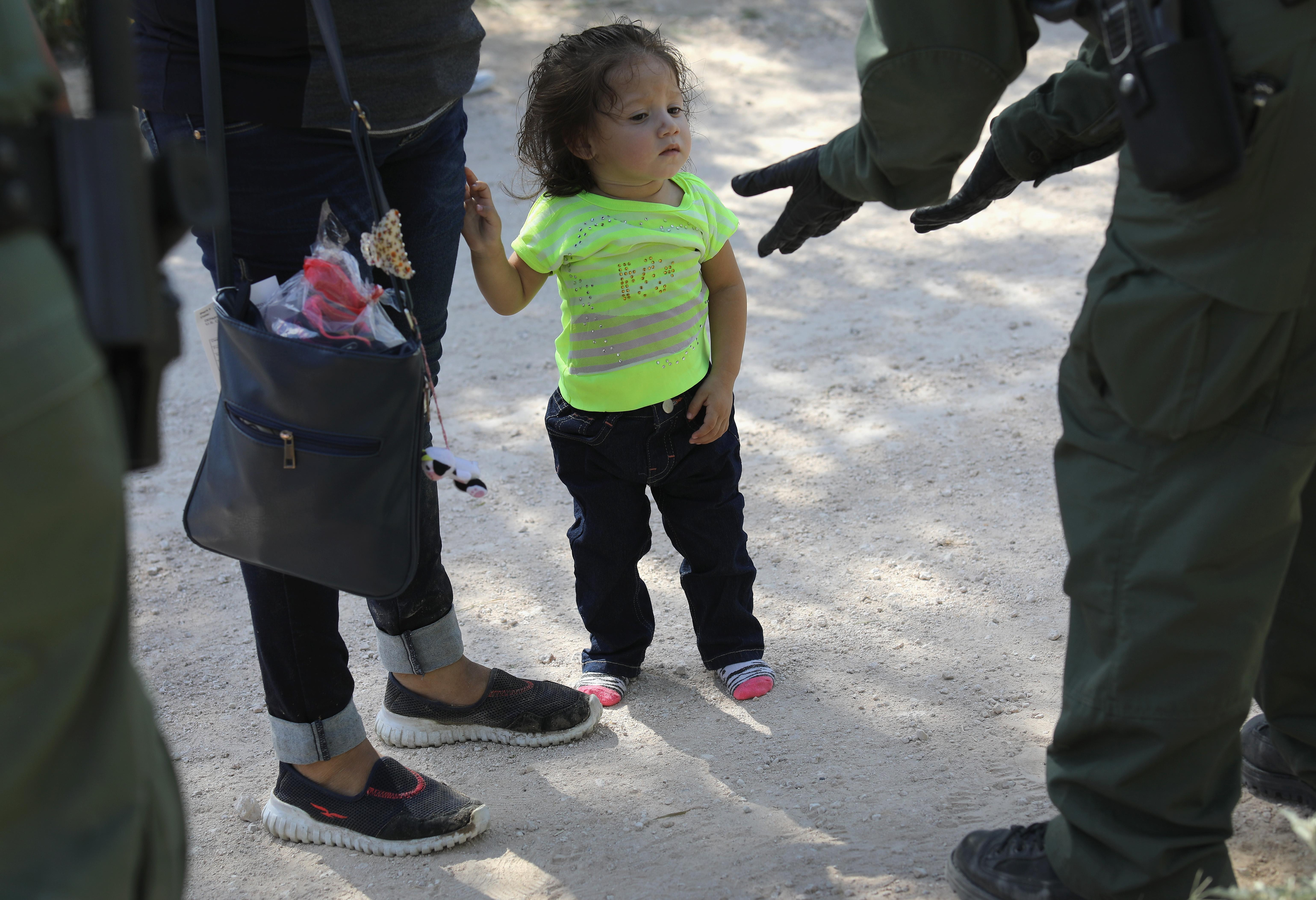 immigration agents take child from mom - 1280×720