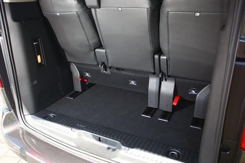 即便4米9短車長版本,TRAVELLER領航家也擁有高達603公升寬裕置物容積,一旦將後排座椅收折後,更能立即擴充至3,968公升。