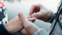 Einmalige Bilder: Paar gelingt Verlobung vor besonderer Kulisse