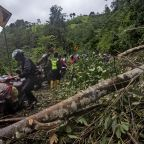 Damaged roads, lack of gear hinder Indonesia quake rescue
