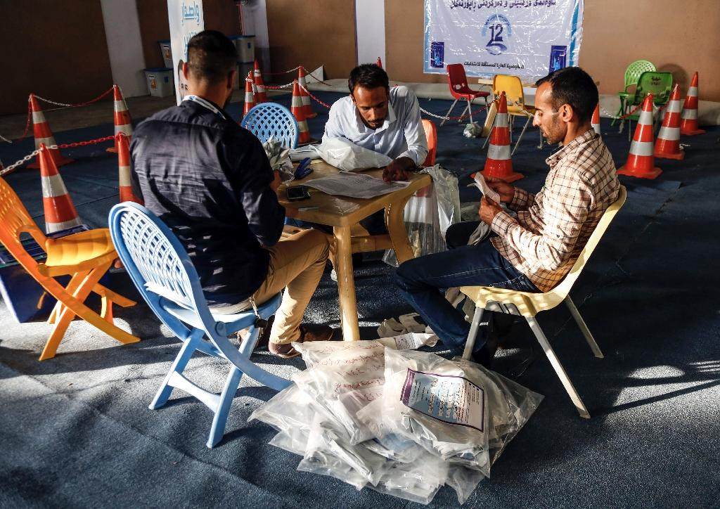 Iraqi electoral commission employees manually count ballots in the central city of Najaf on May 13, 2018 (AFP Photo/Haidar HAMDANI)