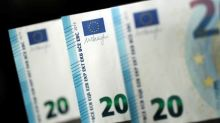 Euro Slips on Italy Woes, Yen Pushes Higher