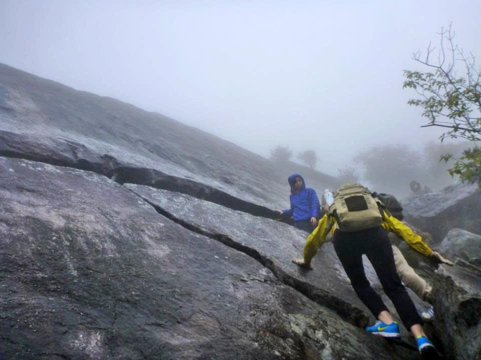部分路段較嚴峻,須踩著岩縫攀爬,務必結伴同行 (Photo / Ran)