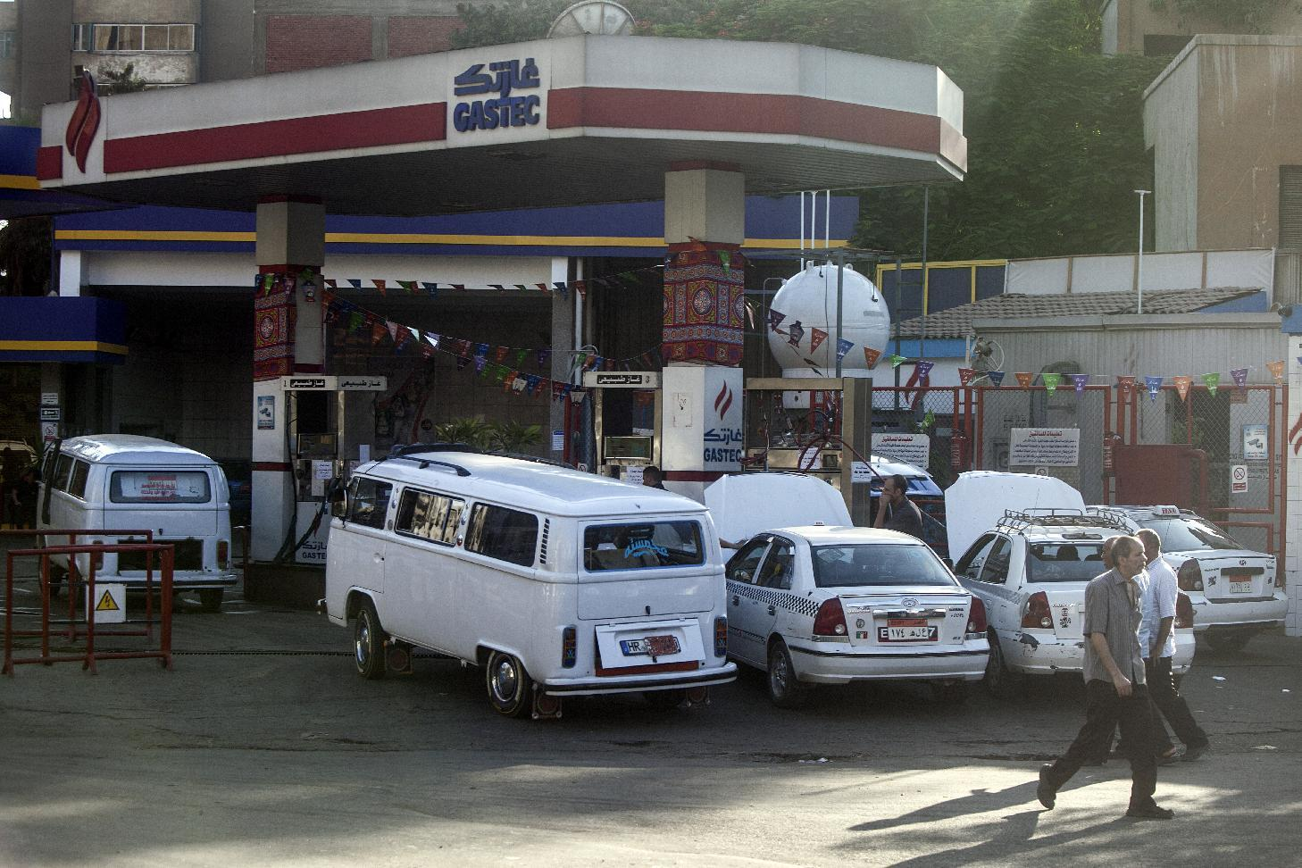 Egyptians gather at a petrol station on July 5, 2014 in Cairo (AFP Photo/Mahmoud Khaled)
