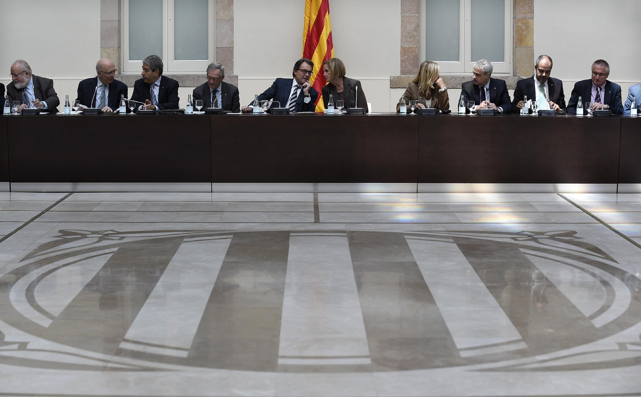 President of Catalonia's regional government Artur Mas (C-L) talks with Catalan Parliament's president Nuria de Gispert (C-R) during a meeting at the Catalan Parliament in Barcelona on November 7, 2014 (AFP Photo/Lluis Gene)