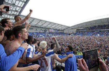 Torcedores do Brighton comemoram no campo