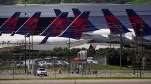 Delta modera plan de aumentar vuelos en agosto por virus; la demanda está estancada