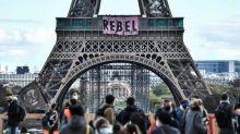 Climat: Extinction Rébellion lance à la tour Eiffel 15 jours de mobilisation en France