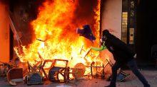 FOTOS   Banderas de la UE en llamas: un paso más en la escalada de tensión de los chalecos amarillos