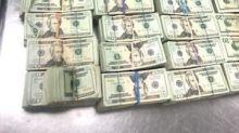 Encuentran medio millón de dólares escondidos en la silla de un aeropuerto