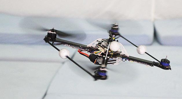 Quadrocopter drone recovers from failures without skipping a beat (video)