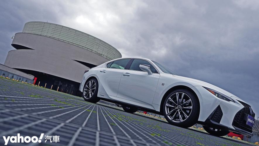跑格煉成陣下的折衷之作!2021 Lexus小改款IS300h F Sport試駕 - 2