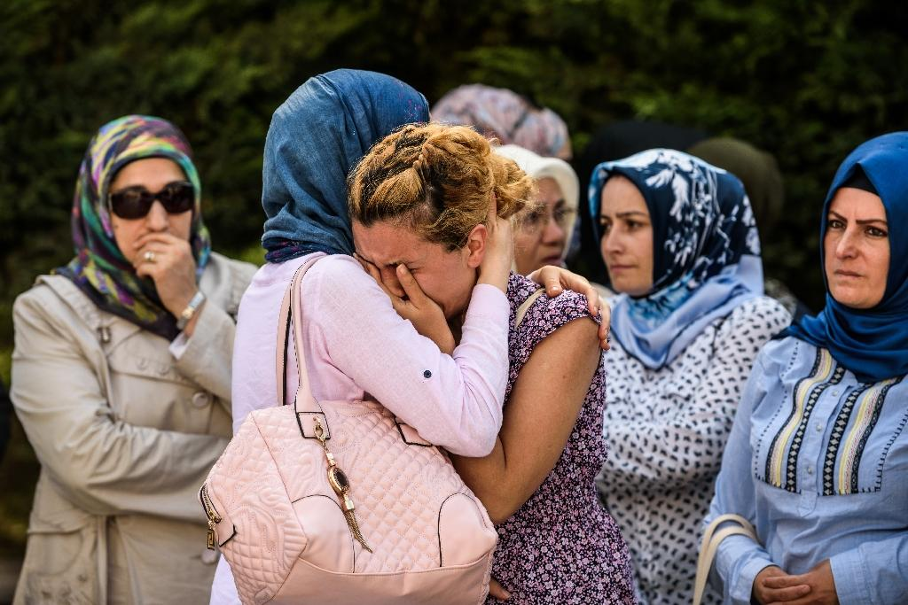 Relatives of suicide attack victim Mohammad Eymen Demirci mourn on June 29, 2016 in Istanbul during his funeral a day after a suicide bombing and gun attack targeted Istanbul's Ataturk airport, killing 41 people (AFP Photo/Ozan Kose)