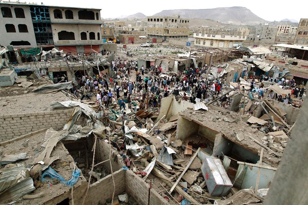 Vendors salvage goods from the rubble of their shops following an air-strike by the Saudi-led coalition on Sanaa on July 20, 2015 (AFP Photo/Mohammed Huwais)