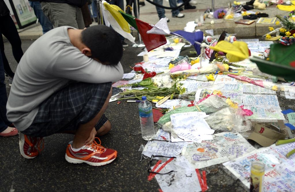 People visit a make-shift memorial on Boylston Street in Boston on April 20, 2013, near the scene of Boston Marathon bombings (AFP Photo/Timothy A. Clary)