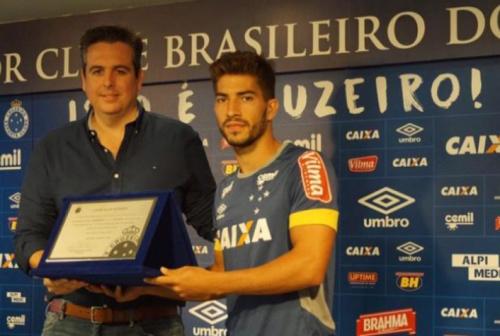 Lucas Silva completa 100 jogos pelo Cruzeiro e recebe homenagem