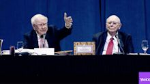 The amazing moment Warren Buffett praised Jack Bogle at the 2017 Berkshire Meeting