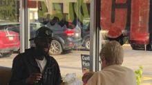Nous en savons davantage sur cette photo virale touchante de 2 inconnus qui ont partagé un repas au McDo