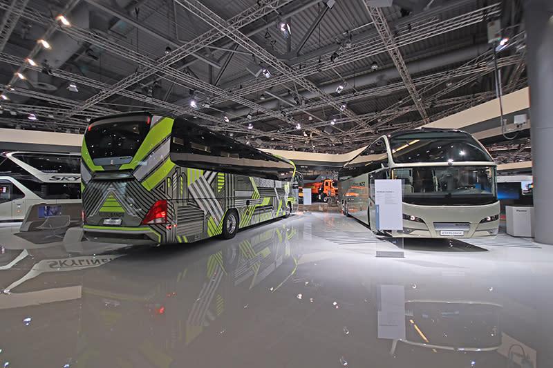 超級大展館的另一角,則是屬於遊覽車與大客車的場域。