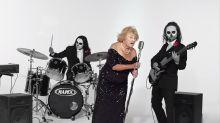 Increíble, pero cierto… Mujer de 96 años, sobreviviente del Holocausto, ¡canta en una banda de metal!