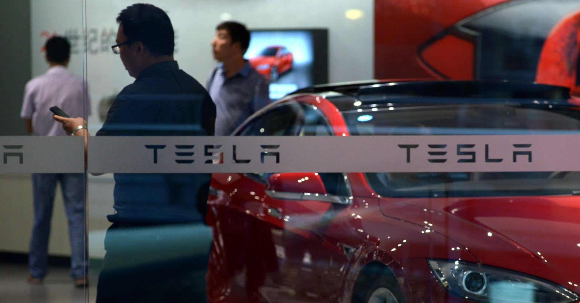 Tesla shares drop after analysts worry about China trade war risk
