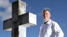 """""""Soy un confesor de ataúd"""": el hombre al que le pagan por revelar secretos de los muertos durante sus funerales"""