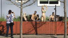Un hombre forzado a cortar su cerca se venga con maniquíes desnudos