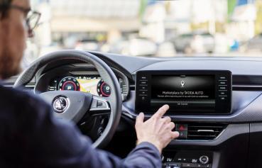 SKODA推出即時定位車聯網服務,開車的途中有最新店家消費折扣會即時在中控顯示與通知