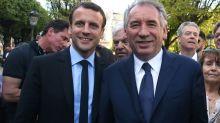 """Macron maintient son """"amitié"""" à Bayrou, malgré sa mise en examen"""