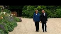 A stroll for Hollande and Merkel on Elysee ...