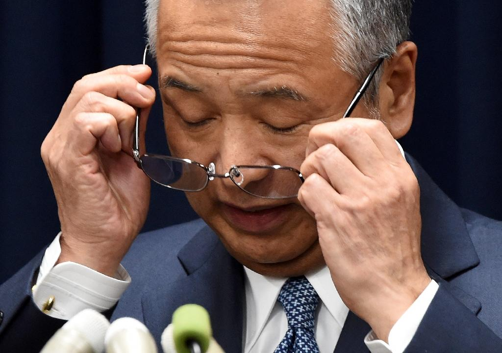 Japan's Economy Minister Akira Amari choked back tears as he announced his resignation during a press conference in Tokyo, on January 28, 2016 (AFP Photo/Toru Yamanaka)