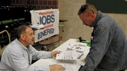 US weekly jobless claims dip in latest week