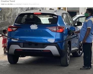 無偽裝現身加油站「露出尾巴」!Nissan 全新小休旅命名也曝光