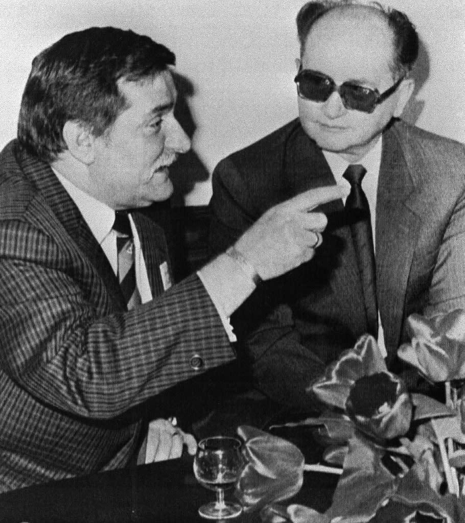 Solidarity leader Lech Walesa (left) holds talks with Polish leader Wojciech Jaruzelski in 1989 (AFP Photo/)