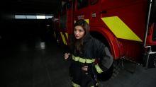 Trabajar y apagar fuegos, la doble vida de los bomberos en Chile