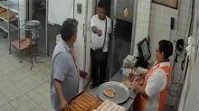 VIDEO | Ladrón vació la caja de una panadería y luego regresó tranquilamente porque olvidó... su bolsa con pan