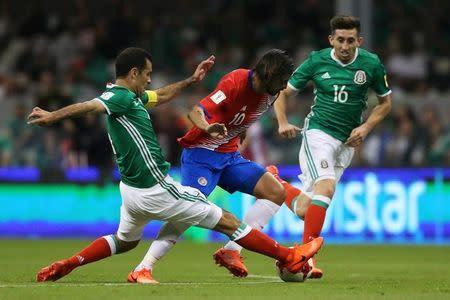 El capitán de la selección de fútbol de México, Rafael Márquez (a la izquierda en la imagen), en su encuentro frente a Costa Rica por las eliminatorias de la Concacaf para el Mundial de Rusia en Ciudad de México